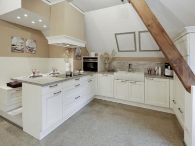Bílá rustikální kuchyně Jana v podkroví