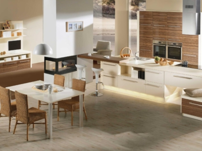Jemná moderní kuchyně Alea v kombinaci s dřevěným dekorem