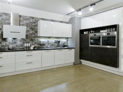 Luxusní bílá kuchyně Kira v hladkém provedení a s netradičním obkladem