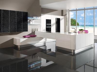 Luxusní bíla designová kuchyně typu Fortuna v atypickém půdorysu