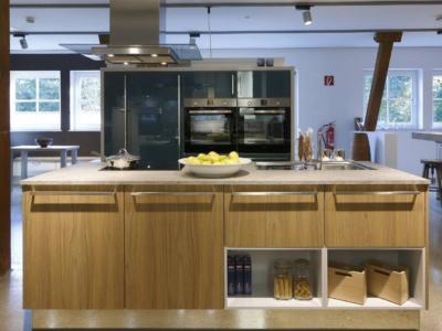 Moderní kuchyně Darina a Gloriette v petrolejové a dekoru dřeva s prostorným ostrůvkem