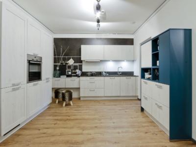 Netradiční spojení petrolejové a bílé u klasické kuchyně Mila